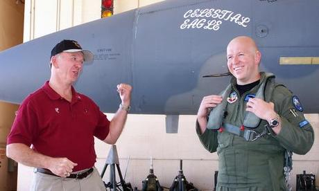 Wilbert Pearson (trái) và con trai trước chuyến bay kỷ niệm năm 2007. Ảnh: USAF.