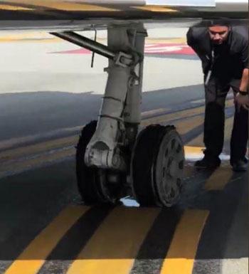 Hai lốp máy bay bị nổ ngay sau khi cất cánh. Ảnh: Twitter.