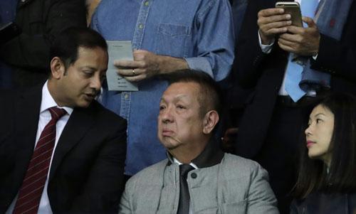 Tỷ phú Singapore Peter Lim (giữa) trò chuyện cùng giám đốc điều hành câu lạc bộ Valencia Anil Murthy (trái). Ảnh: AFP.