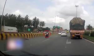 Xe máy không người lái lao đi trên đường Ấn Độ cùng đứa trẻ bị kẹt