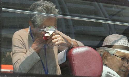 Bà Lee Keum-seom, 91 tuổi, khóc vì phải chia xa con trai ở Triều Tiên, sau 68 năm mới gặp lại. Ảnh: CNN.