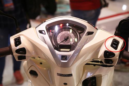 Nút điều chỉnh bật-tắc hệ thống ngắt động cơ tạm thời trên Honda Lead. Ảnh: Phạm Trung.