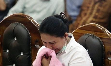 Bà Meiliana bật khóc khi nghe tuyên án tại tòa án quận ở Medan, Bắc Sumatra, Indonesia hôm 21/8. Ảnh: AP.