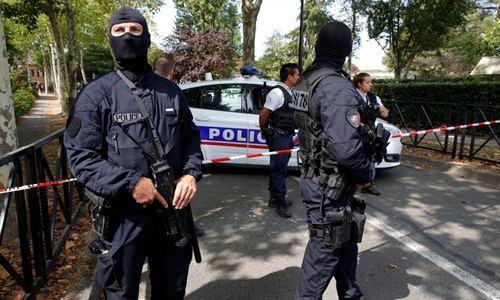 [Caption]Cảnh sát vũ trang Pháp phong tỏa hiện trường vụ đâm dao ở thị trấn Trappes sáng nay. Ảnh: Reuters