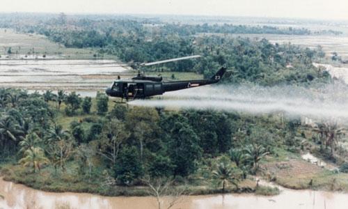 Một trực thăng Mỹ rải chất độc da cam trong chiến tranh Việt Nam. Ảnh: Wikipedia.