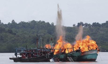 Các tàu cá Việt Nam và Malaysia bị Indonesia đánh chìm hồi năm 2016. Ảnh: Reuters.