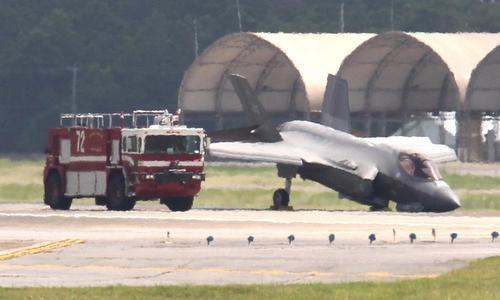 Chiếc F-35A sau cú đập mũi xuống đường băng. Ảnh: Drive.