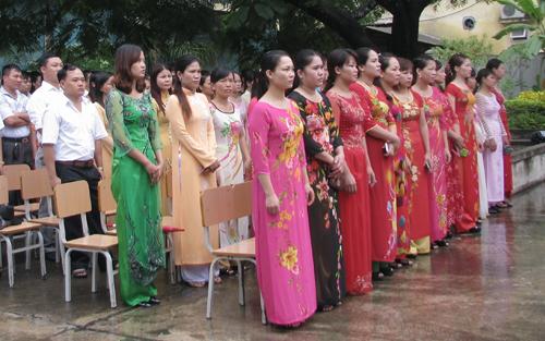 Giáo viên một trường Tiểu học ở Quảng Ninh trong buổi lễ chào cờ ngày khai giảng. Ảnh: Minh Cương.