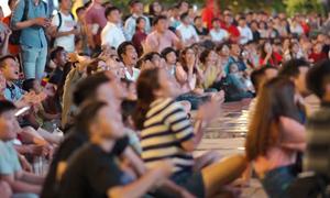 CĐV ngồi bệt trên phố đi bộ Nguyễn Huệ cổ vũ tuyển Olympic Việt Nam