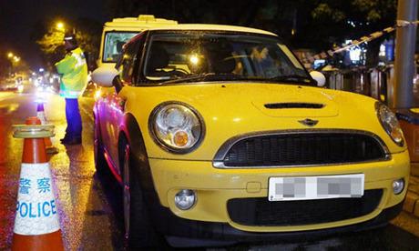 Thi thể các nạn nhân được phát hiện trong chiếc Mini Cooper đậu bên lề đường quận Sai Kung, Hong Kong ngày 22/5/2015. Ảnh: SCMP.