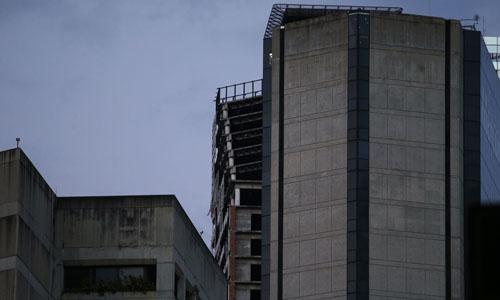 Tháp David ở thủ đô Caracas bị nghiêng sau trận động đất mạnh 7,3 độ tại Venezuela hôm 21/8. Ảnh: AP.