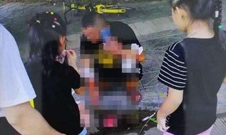 Người đàn ông tự cắt vào tay mình trên đường phố ở Thành Đô, Trung Quốc hôm 18/8. Ảnh: Chengdu Business Daily.