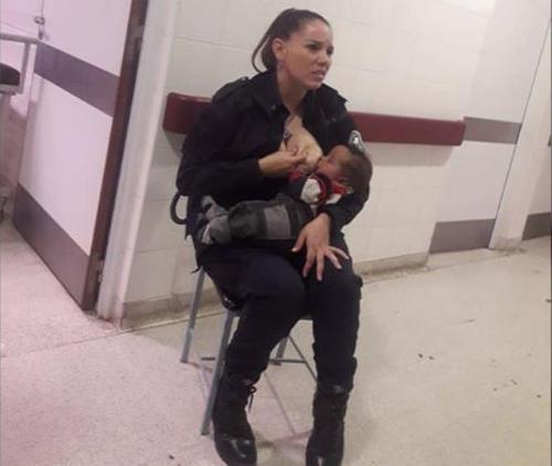 Celeste Ayala cho một bé trai bú sữa ở bệnh viện Sor María Ludo gần Buenos Aires hôm 14/8. Ảnh: Facebook