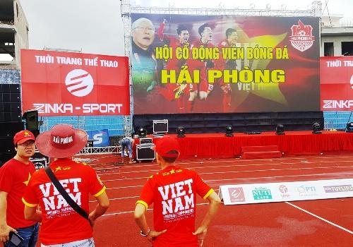 Màn hình led khổ lớn đã được dựng lên tại sân vận động Lạch Tray (Hải Phòng) chờ đến giờ trái bóng lăn giữa đội tuyển Việt Nam gặp Bahrain. Ảnh: Giang Chinh