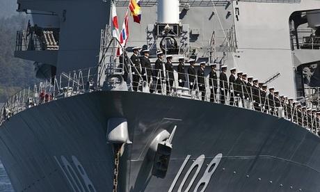 Các binh sĩ Nhật trên chiến hạm Akebono trong chuyến thăm cảng Hambantota hồi tháng 4. Ảnh: