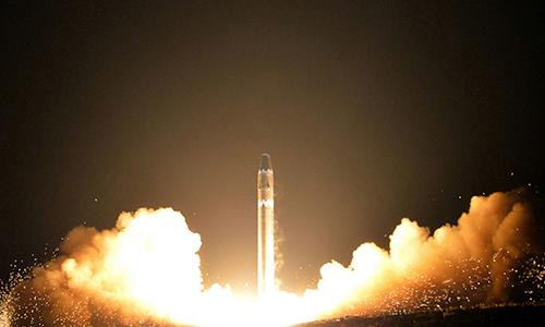Tên lửa đạn đạo xuyên lục địa Hwasong-15 phóng thử tại một địa điểm bí mật ở Triều Tiên vào ngày 29/11/2017. Ảnh: KCNA.