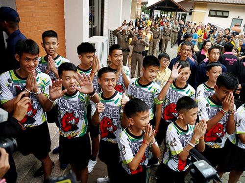 Đội bóng nhí Thái Lan tại cuộc họp báo hôm 18/7. Ảnh: Reuters