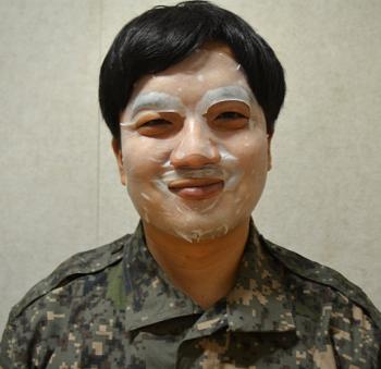 Kim Sang-heon hình thành thói quen đắp mặt nạ sau khi nhập ngũ. Ảnh: WSJ.