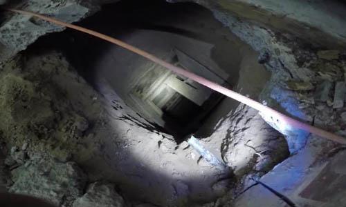 Cửa đường hầm từ bếp của một nhà hàng ở bang Arizona, Mỹ, được cảnh sát phát hiện tuần trước. Ảnh: BBC.