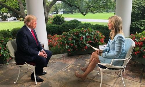 Tổng thông Mỹ Donald Trump (trái) trong cuộc phỏng vấn với phóng viên kênh truyền hình Fox News. Ảnh: Fox News.