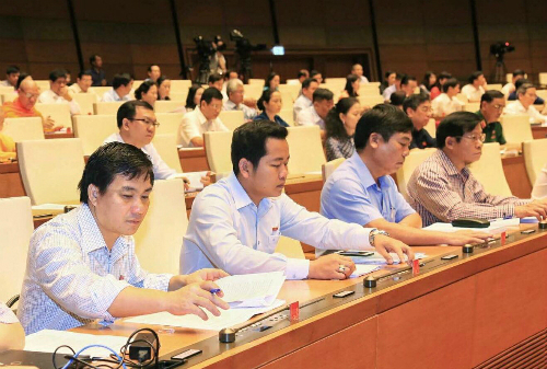 Đại biểu Quốc hội bấm nút biểu quyết lùi thông qua dự án Luật Đặc khu ngày 11/6. Ảnh: Hoàng Phong