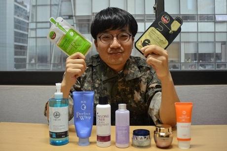 Kim Sang-heon khoe những sản phẩm chăm sóc da mà anh học cách sử dụng khi trong quân ngũ. Ảnh: WSJ.
