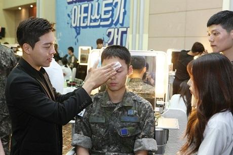 Nghệ sĩ trang điểm hướng dẫn cách sử dụng mỹ phẩm cho quân đội Hàn Quốc năm ngoái. Ảnh: Amorepacific.