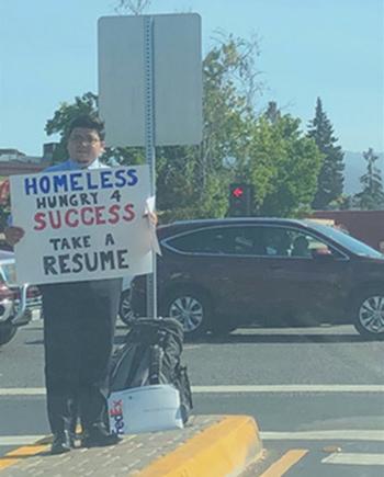 Đứng tìm việc trên phố, chàng trai vô gia cư Mỹ được 200 công ty mời làm