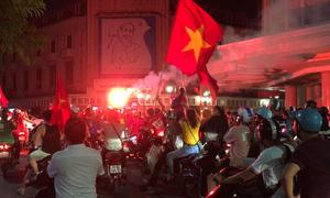 Người dân đổ ra đường mừng đội tuyển Olympic Việt Nam lọt vào tứ kết