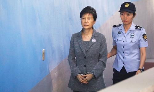 Cựu tổng thống Hàn Quốc Park Geun-hyetrình diện tại phiên tòa ở Seoul tháng 8/2017. Ảnh:AFP.