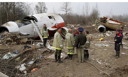 Các chuyên gia và nhà điều tra tại hiện trường máy bay chở tổng thống Ba Lan rơi ở Smolensk tháng 4/2010. Ảnh: Reuters.