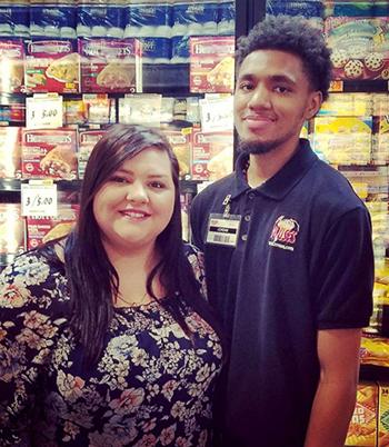 Delaney Edwards Alwosaibi và nhân viên siêu thị Jordan Taylor