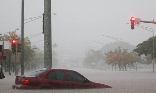 Một chiếc xe bị ngập trên đường phố Hawaii ngày 23/8 khi siêu bão Lane đổ bộ. Ảnh: AFP.