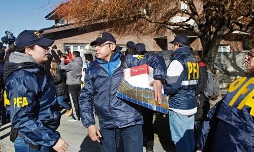 Cảnh sát bên ngoài một căn nhà của bà Cristina Fernández de Kirchner ở tỉnh Santa Cruz, Patagonia hôm 23/8. Ảnh: AFP.