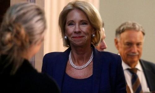 Bộ trưởng Giáo dục DeVos (giữa) tham dự một cuộc họp về an toàn trường học tại Nhà Trắng trong tháng 8. Ảnh: Reuters.
