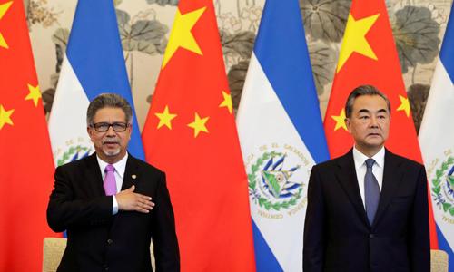 Ngoại trưởng Trung Quốc Vương Nghị và người đồng cấp El Salvador Carlos Castaneda trong lễ ký thiết lập quan hệ ngoại giao tại Nhà khách Quốc gia Điếu Ngư Đài, Bắc Kinh hôm 21/8. Ảnh: Reuters.