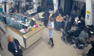Nữ y tá Anh chặn kẻ đâm dao để bệnh nhân thoát nạn