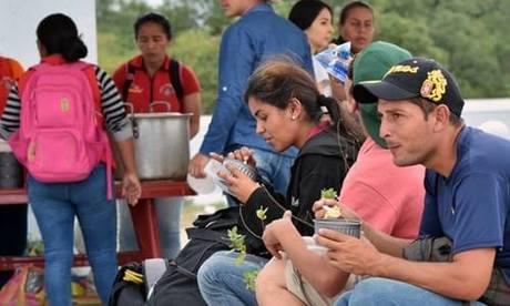 Người Venezuela chờ đợi được nhập cảnh ở Huaquillas, Ecuador. Ảnh: AFP.