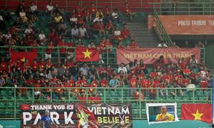 Nhiều cổ động viên Việt Nam đổ sang Indonesia xem bóng đá