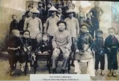 Vua Mèo Vương Chính Đức cùng con cháu trong dòng họvà lính bảo vệ. Ảnh tư liệu