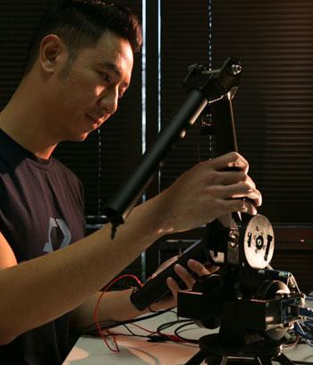 TS Vũ Duy Thức đang chế tạo robot. Ảnh:NVCC.