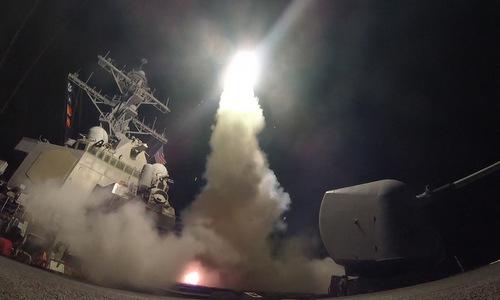 Tàu chiến Mỹ phóng tên lửa vào lãnh thổ Syria hôm 7/4/2017. Ảnh: US Navy.