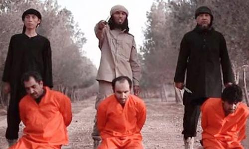 Ba công dân Đông Nam Á tham gia hành quyết tù nhân trong video của IS năm 2016. Ảnh: AFP.
