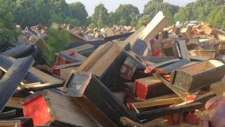 Những chiếc quan tài bị chính quyền ở nhiều khu vực tỉnh Giang Tây tịch thu và dùng máy xúc phá hủy trong 6 tháng qua. Ảnh: SCMP.