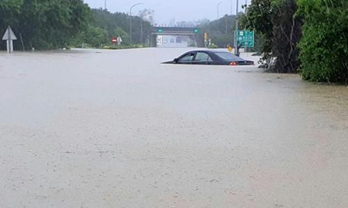 Ôtô chìm trong nước lũ ở Đài Loan. Ảnh: AFP.