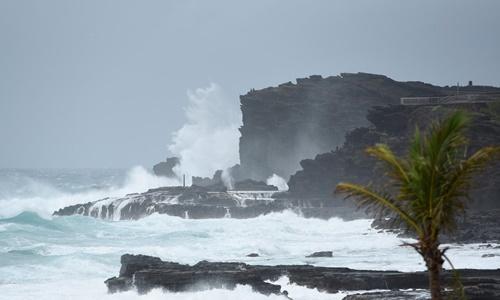 Những con sóng lớn đánh vào bờ biển phía đông đảo Oahu, Hawaii, khi siêu bão Lane đổ bộ hôm 24/8. Ảnh: Reuters.