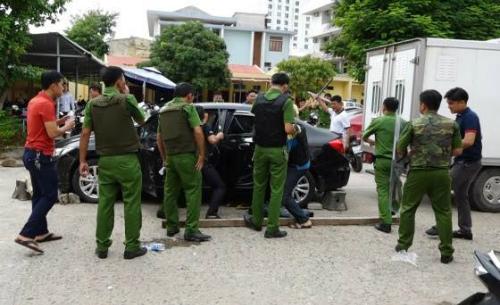 Lực lượng công an khống chế Hải sau hai giờ cố thủ trong xe ôtô. Ảnh: Công an Quảng Bình.