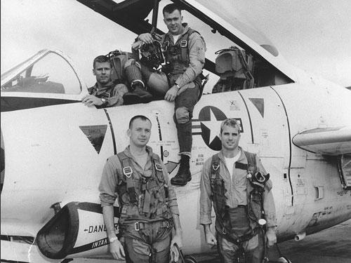 McCain (đứng, bên phải) từng là một đại úy phi công hải quân Mỹ. Ảnh: US Navy.