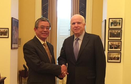 Cựu đại sứ Phạm Quang Vinh (trái) gặp thượng nghị sĩ Mỹ John McCain đầu năm 2015. Ảnh: NVCC.