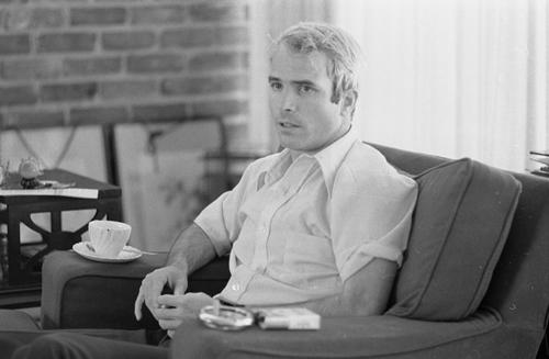 John McCain trả lời một cuộc phỏng vấn ở Mỹ sau khi được Việt Nam thả năm 1973. Ảnh: Reuters.